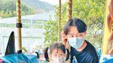 王祖藍大細路「兄妹」暢遊 - 東方日報
