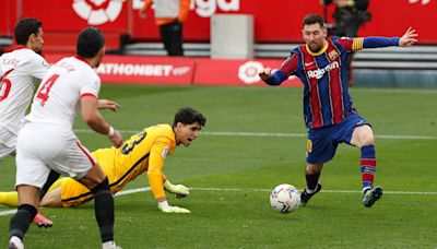 Lionel Messi orchestrates Barcelona victory over Sevilla to close on the summit