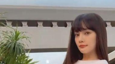 39歲李小璐穿短背心擺造型,身材窈窕露細腰,狀態極好少女感十足