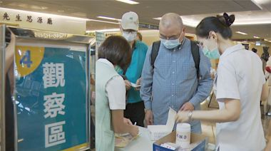公費AZ疫苗擴大施打 開放軍人、65歲以上長者