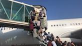 喀布爾機場逃難潮3人遭槍殺 民眾攀附行進美軍機有人失足落地
