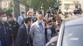 港區國安法:黎智英涉勾結外國勢力3罪被捕 戴手銬押返警署