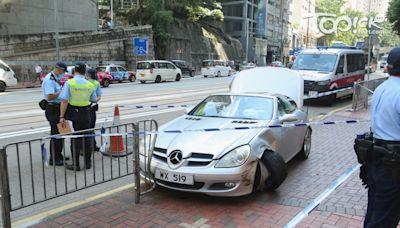 【交通意外】北角平治汽車剷上行人路撞鐵欄 警揭男司機涉無牌駕駛及毒駕 - 香港經濟日報 - TOPick - 新聞 - 社會