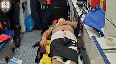 秀茂坪電單車攔腰撼的士 鐵騎士捲車底手部骨折