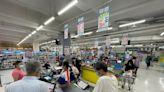 【社區風暴】疫情升溫! 泡麵、零食、衛生紙買起來 賣場人潮增2至4成 | 蘋果新聞網 | 蘋果日報