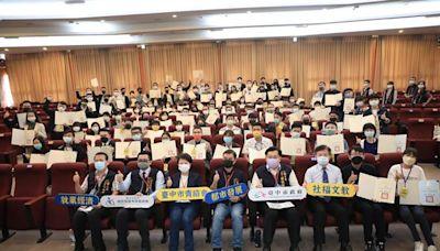 盧秀燕頒授青諮委員證書 提倡青年入府精神