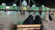 A la espera del mesías entre rezos y neones en una mezquita de Irán