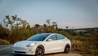 郭台銘將開著新款電動車進場?特斯拉帶頭反彈 鴻海、貿聯、和大抗跌