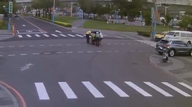 影/阿嬤電動車沒電卡路口 鏡頭拍下台灣人情好風景