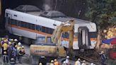 【不斷更新】太魯閣號花蓮出軌50死 最後第8節車廂幾成「廢鐵」深夜拖出隧道