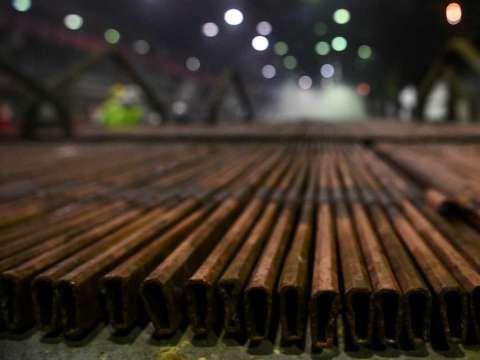 美國鋼鐵暴跌近8% 產能過剩陰霾籠罩 | Anue鉅亨 - 美股