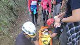 花蓮錐麓古道落石砸傷左腳骨折 警消人力搬運下山送醫
