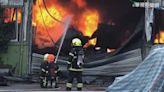 【影】台南廢棄輪胎工廠火警!烈焰濃煙竄天
