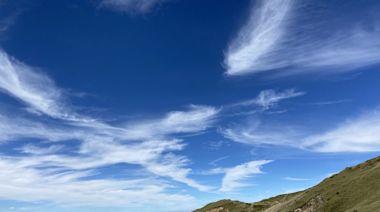 〈生活休閒〉合歡山稜線 杜鵑藍天相輝映