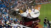 台虎把樂天桃猿主場變成日本遊樂園!比賽中場玩賓果送機票 讓球迷敲碗多辦幾場