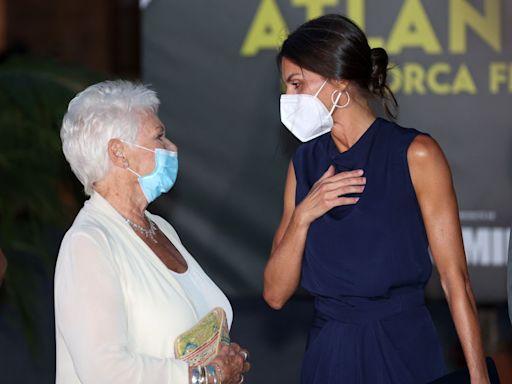 Tras la muerte de su abuela, la reina Letizia reaparece en Mallorca para premiar a Judi Dench