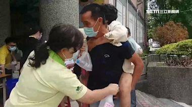 全台打疫苗感人畫面 孝子背老母接種