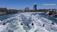 Decenas de Santas cambiaron los trineos por motos acuáticas en Australia