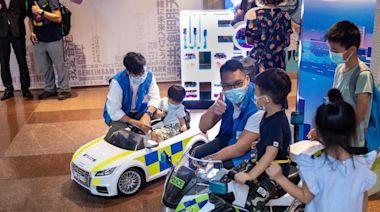 林鄭月娥及鄧炳強參觀警務處「同心同行」展覽 寫打氣卡表支持
