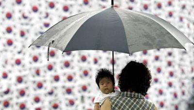 生育率低就怪罪女人「忘了生孩子」?《衛報》專欄:社會善於將「系統失靈」化約為「個人責任」