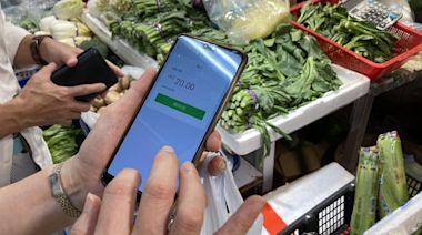 消費券|相隔一年土瓜灣街市貼滿二維碼 街坊:買魚買肉唔使找錢