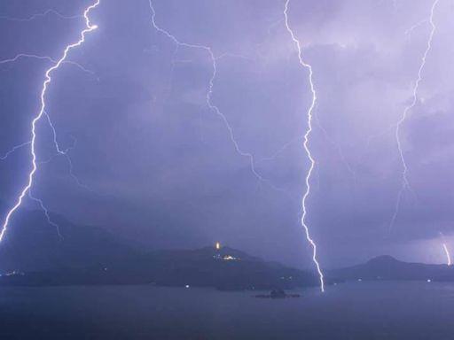 雷雨狂炸6小時氣象站遭殃 南投日月潭、信義鄉「電光石火」驚人畫面曝