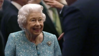 La reina Isabel regresa al castillo tras visita a hospital
