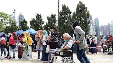 暴曬4小時 居民轟政府「無當我哋係人」 多區檢測長龍 維園外傭逾千
