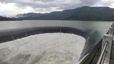 西南風挾強降雨!南化水庫第3度滿庫溢流