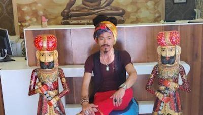 Nació en El Tibet, llegó a la Argentina de casualidad y pasó de vender pulseras en la calle a ser modelo
