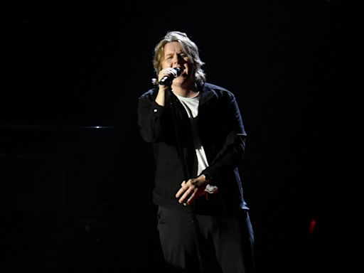 Lewis Capaldi Gets Intimate with 'Before You Go' at 2020 American Music Awards