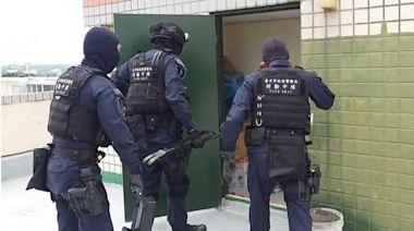 剩女收割隊3/警攻堅犯嫌秒砸電腦滅證 假鮮肉「徒手折機」全是血