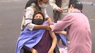 高齡者爬坡接種疫苗?!施打地點惹議