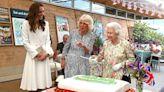 英國女王拿長劍切蛋糕 脫口「一句話」逗笑G7領袖
