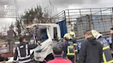 西濱砂石車連環撞 前方貨車遭夾受困2人傷