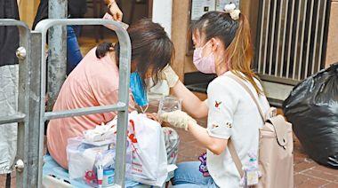 腦退化婦瞓街 護士助洗傷口 | 蘋果日報
