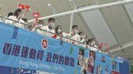 港隊代表坐開篷巴士巡遊 市民沿途支持