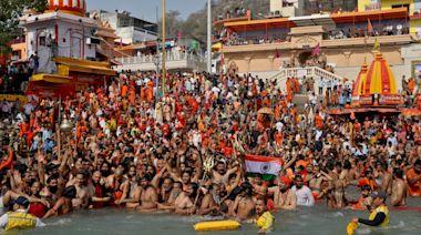 依舊無視疫情!印度恆河湧現大批民眾 信徒稱「神明不會讓我們染疫」
