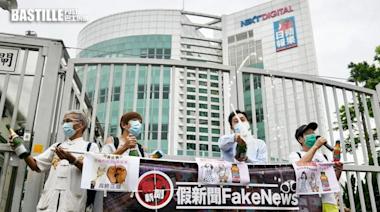有團體到《蘋果日報》大樓外開香檳慶祝 指香港終於「重光」   社會事