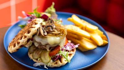 將軍澳海濱新開窩夫主題西餐廳 芝士牛肉窩夫漢堡/炸雞窩夫/Tiramisu窩夫甜品 | U Food 香港餐廳及飲食資訊優惠網站