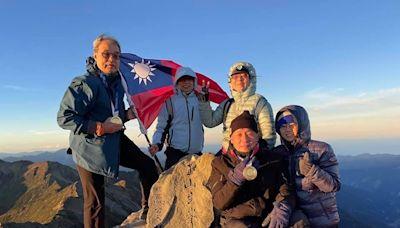 超強!王齊麟、李洋爸爸為兒還願 國慶帶奧運金牌攻頂玉山喝金牌