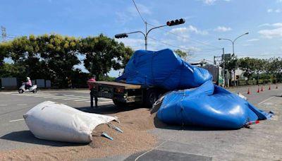 老司機吃罰單 拖板車貨物散落一地 苗栗市區阻交通近4小時