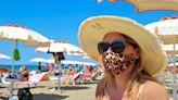 Allarme Covid nei luoghi di vacanza: tornano mascherine all'aperto e stop alla vendita di alcolici