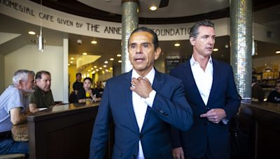 Newsom recall gives Antonio Villaraigosa risky road to political comeback. Will he take it?