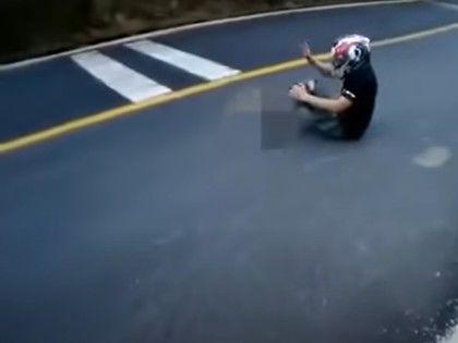 25秒壓車連過5彎!重機騎士雷殘「摔斷腳」 左掌剩皮相連懸空晃