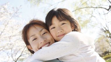 港調查:每日擁抱3次助快樂成長 孩子情緒起伏大「愛的抱抱」可平復心情 | 親子專題 | Sundaykiss 香港親子育兒資訊共享平台