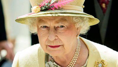 La Reina Isabel II aparece en público con un bastón por primera vez