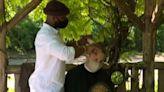 Un barbiere a Central Park, boom di tagli all'aperto con il Covid