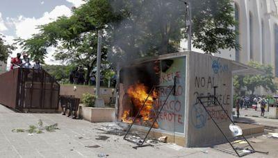 影/反對比特幣 薩爾瓦多人砸ATM
