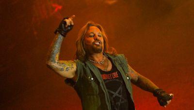 El cantante de Mötley Crüe se cayó del escenario, se rompió varias costillas y la banda siguió el show